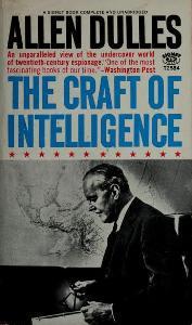 Allen Dulles fue un oficial de alto rango de la Oficina de Servicios Estratégicos, OSS, organismo antecesor de la Agencia Central de Inteligencia, CIA, y  estuvo presente en la creación de esta última donde sirvió ocho de sus diez años como director.