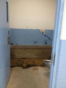 """Varios inmigrantes están detenidos en una de las celdas llamadas """"hieleras"""", en el centro de detención Brown Field en San Diego, California."""