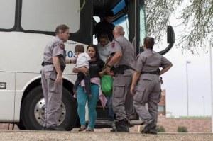 Familias de indocumentados llegan a Phoenix. Arizona, de otros estados, en camino a la deportación hacia México. Foto Reuters