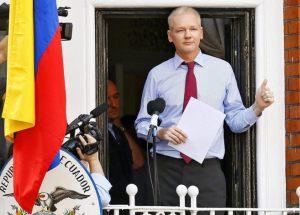 Assange en el balcón de la embajada de Ecuador en Londres. EFE