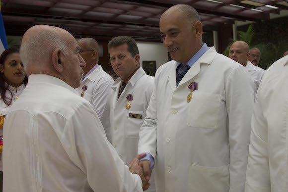 El vicepresidente cubano José Ramón Machado Ventura saluda al Dr. Félix Báez, quien padeció el Ébola, contagiado durante la misión.