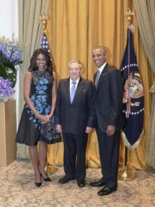 El presidente cubano, Raúl Castro, junto al presidente Barack Obama y la primera dama, Michelle Obama. Foto: Estudios Revolución.