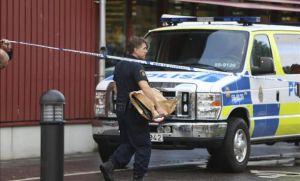 Un agente de policía recoge pruebas en la zona después de que un hombre enmascarado atacara a varias personas con una espada antes de ser disparado por la policía en una escuela en Trollhättan, Suecia, hoy, 22 de octubre de 2015. EFE