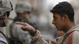Un residente local habla con un combatiente estadounidense de la Segunda Brigada de combate, 82ª División Aerotransportada, en el distrito de Adhamiya, Bagdad / Mahmoud Raouf Mahmoud / Reuters