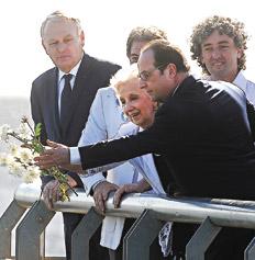 Estela de Carlotto junto a su nieto, Ignacio Montoya, y el presidente francés, François Hollande.