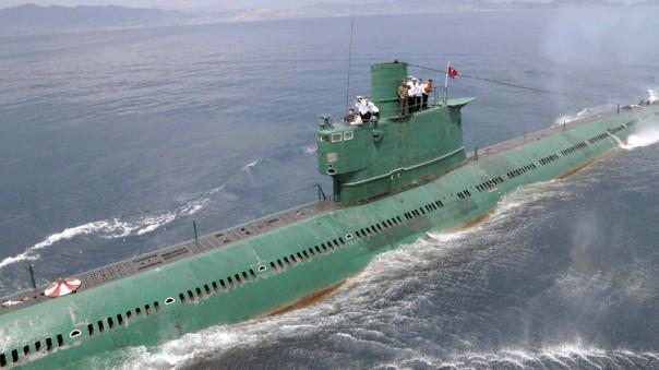 El líder norcoreano Kim Jong-Un en la torre de mando de un submarino durante su inspección de la Unidad Naval 167 del Ejército / KCNA