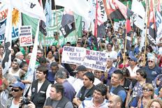 Militantes de la CTA y de ATE realizaron ayer una marcha contra los despidos y las medidas del gobierno de Macri