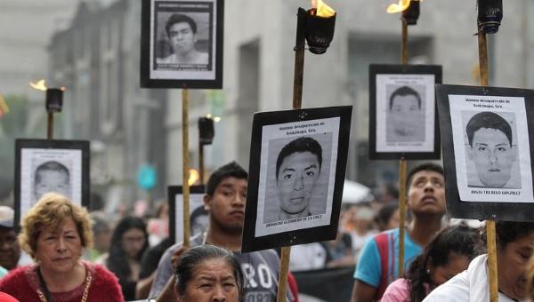 Familiares y amigos de los 43 estudiantes mexicanos se han mantenido en las calles de ese país exigiendo justicia. | Foto: EFE