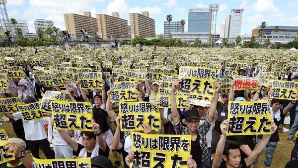 Según los organizadores de las protestas, unas 65 mil personas se congregaron en un parque en la ciudad de Naha. | Foto: RT