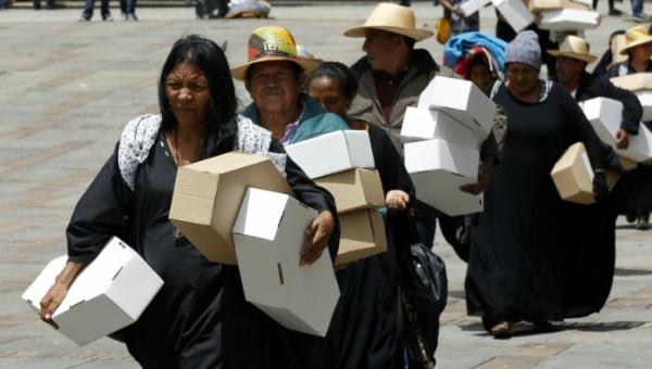Indígenas wayúu se manifiestan por la muerte de niños de su comunidad debido a la desnutrición. | Foto: EFE