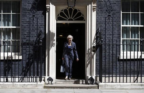 La hasta hoy ministra de Interior Theresa May sale del número 10 de Downing Street, la residencia oficial del primer ministro, tras una reunión de gabinete, en el centro de Londres, Reino Unido, el 12 de julio de 2016. Peter Nicholls Reuters