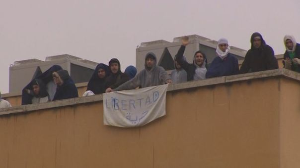 Algunos de los migrantes que protestaron este martes en la azotea del CIE de Aluche. EUROPA PRESS