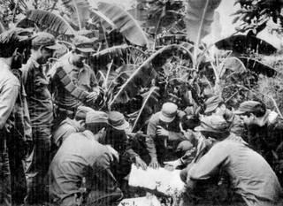 Miembros de la Brigada 2506 estudian un mapa como parte de los preparativos para la invasión de Bahía de Cochinos. Manolo Casanova El Panamericano El Panamericano