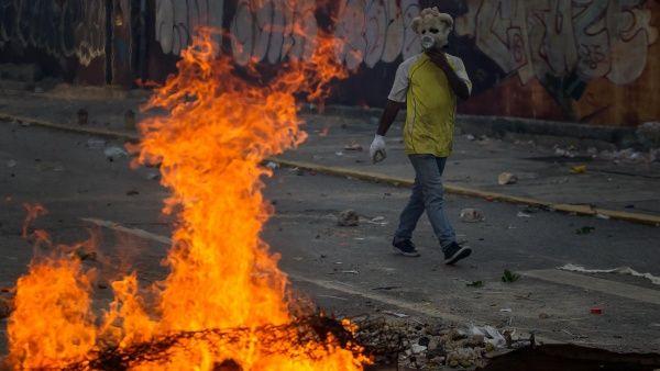 manifestantes_se_enfrentan_con_la_guardia_nacional_bolivariana_-_efe.jpg_1718483347