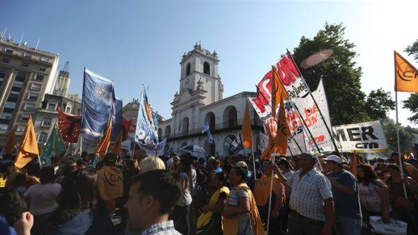 miles_de_personas_participan_en_la_plaza_de_mayo_-_efe.jpg_1718483347