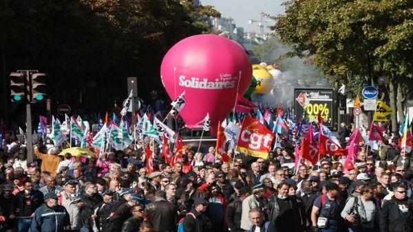 manifestantes_marchan_con_banderas_sindicales_durante_una_manifestacixn_en_protesta_contra_las_polxticas_proempresariales_del_presidente_emmanuel_macronx_el_jueves_21_de_septiembre_de_20